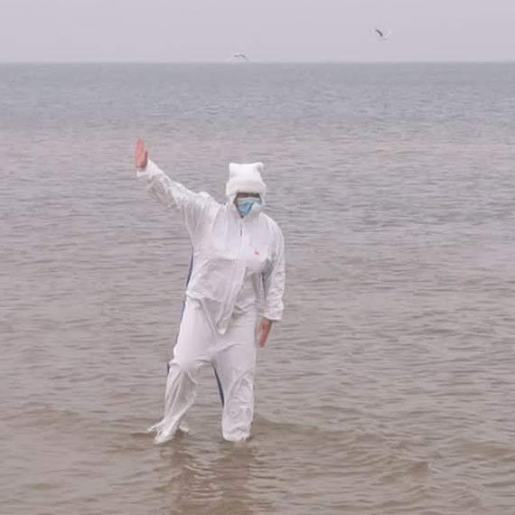 """""""W trosce o zdrową wodę w morzu"""". Przyjechała z Wielkopolski. Do morza wskoczyła w ochronnym kombinezonie"""